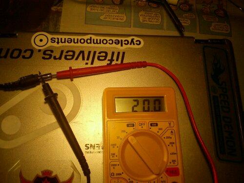 Voltmeter mäter spänningen från strömkabeln